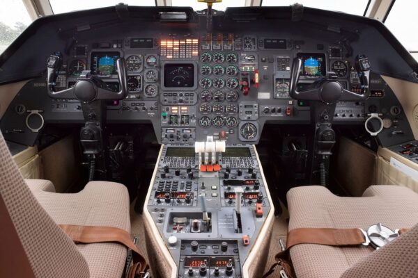 PRIVAIRA FALCON 900 cockpit